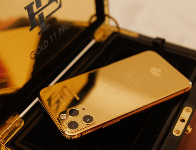 Roberto Escobar sells gold iPhone 11 Pro at a lower price