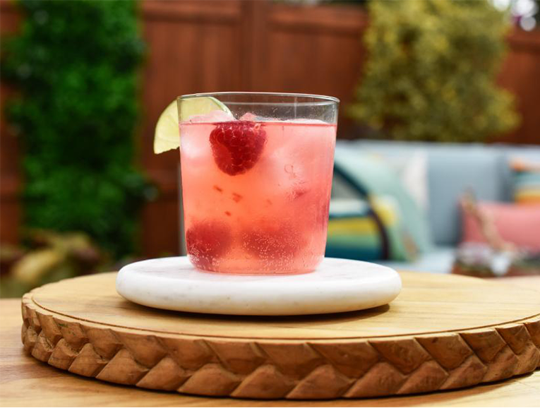 raspberry gin and tonic cocktail