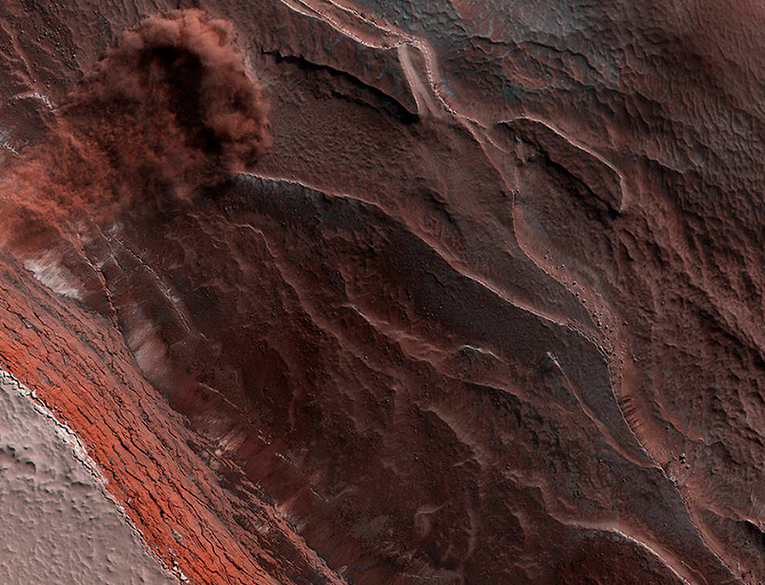 NASA HiRISE Catches an Avalanche on Mars